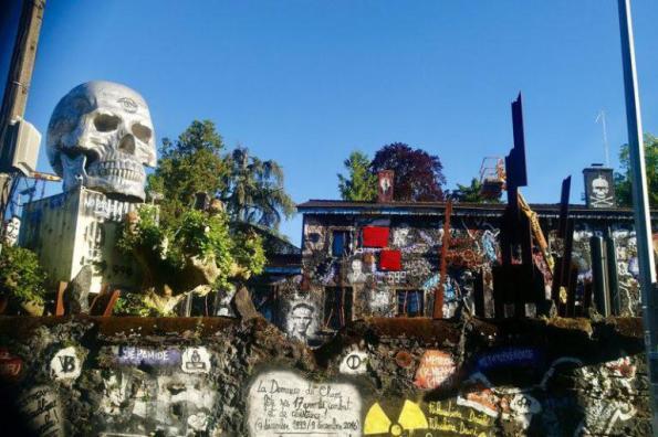 Le site du Musée d'Art Contemporain La Demeure du Chaos /Abode of Chaos abrite neuf crânes monumentaux. Flick Creative Commons thierry Ehrmann
